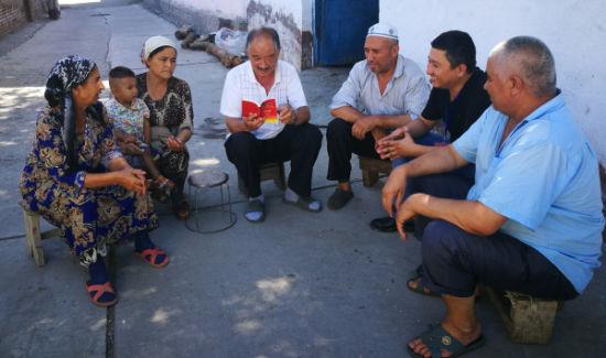 乌伊路社区草根宣讲员达乌提向巷道居民宣讲党的惠民政策.-草根宣
