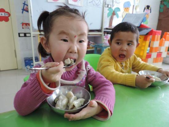 中新新疆网12月22日电(王陆斌 袁阳 李佩佩 杨瑾)12月21日,是二十四节气之一冬至,在新疆巴州博湖县本布图镇幼儿园,带着小花帽的维吾尔族古丽努尔小朋友,一对美丽的大眼睛望着老师说:老师老师,今天是不是过年了,这是我包的饺子,是羊肉馅的,老师我吃了这个饺子,是不是耳朵就不会冻掉了稚嫩的话语惹的满堂的家长和老师忍不住开怀大笑。   笔者在博湖县本布图镇幼儿园活动现场看到,老师们忙的不亦乐乎,一会儿忙着搅拌饺子馅,一会儿忙着擀饺子皮,孩子坐在一边有的扶着小脸看老师包饺子、有的歪着头看老师擀饺子皮,有