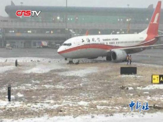 上航南航两架飞机在乌鲁木齐机场双双滑出滑行道